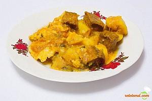 Gulaş cu carne de vită şi cartofi