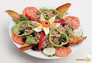 Salată de ton cu pâine prăjită