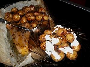 Cartofi noi copti la cuptor cu marar si sos