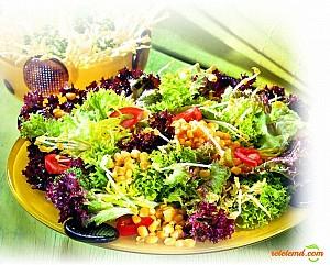 Salată cu porumb dulce şi germeni de soia