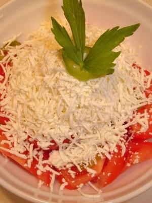 Salată de şuncă, roșii şi pesmeţi