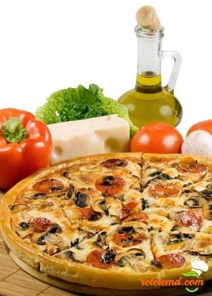 Pizza cu roşii şi ciuperci