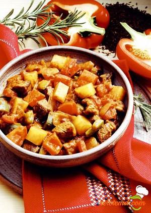 Gulaş cu ardei şi cartofi
