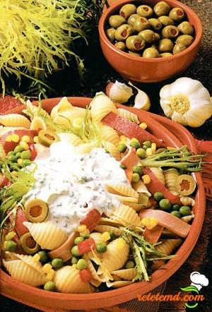 Salată cu paste şi legume