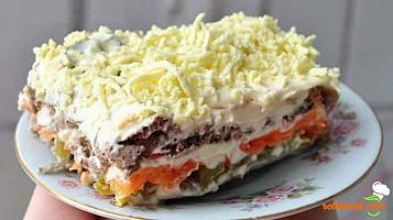 Salată stratificată cu ficat de pui și maioneză – rapid și sățios...